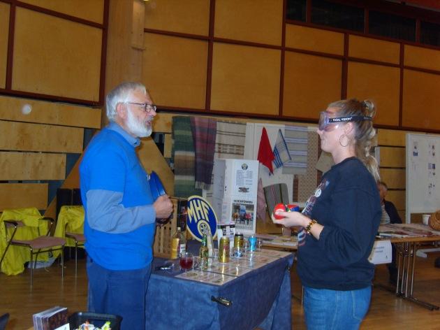 Kent Ivarsson informerar om promilleglasögonen för en från kulturskolan